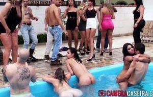 filme cu fete care se ling la piscina